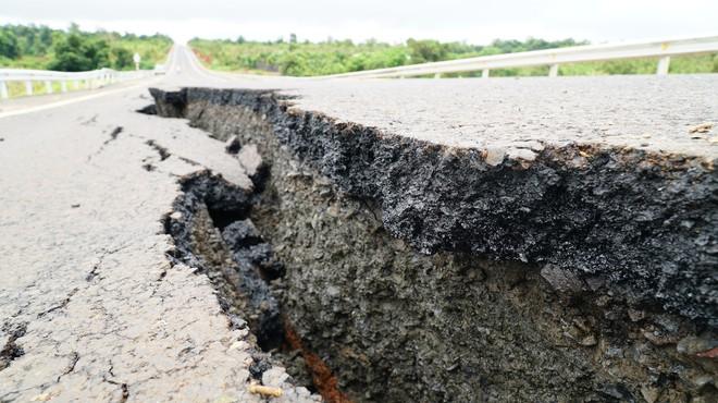 Tuyến đường trăm tỉ vừa hoàn thành đã nứt toác lại tiếp tục bị sụt lún sâu hơn nửa mét - Ảnh 1.