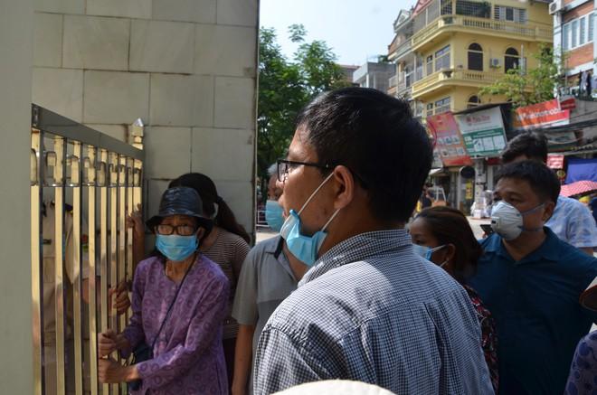 Dân kéo ra Công ty Rạng Đông đòi đối thoại sau thông tin 15,1 - 27,2kg thủy ngân đã phát tán ra môi trường - Ảnh 9.