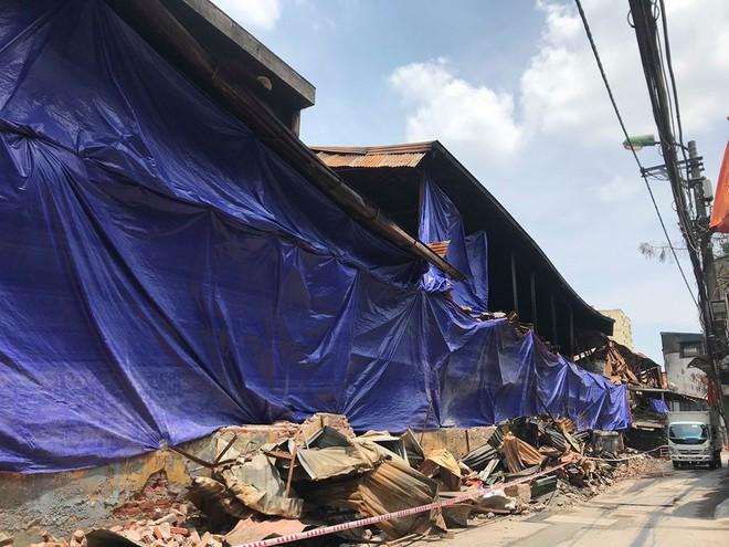 Sáng nay, hiện trường vụ cháy Rạng Đông được phủ bạt để chống hơi thủy ngân phát tán - Ảnh 6.