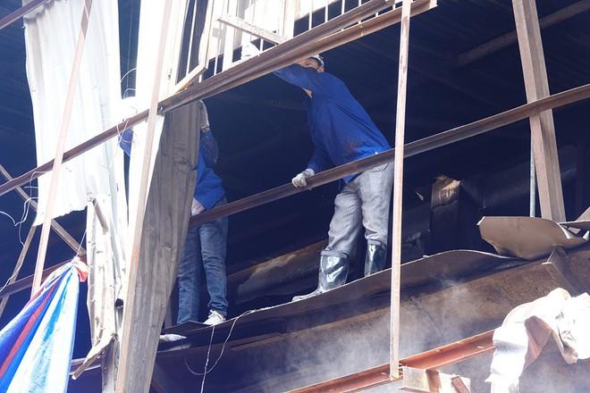 Sáng nay, hiện trường vụ cháy Rạng Đông được phủ bạt để chống hơi thủy ngân phát tán - Ảnh 3.