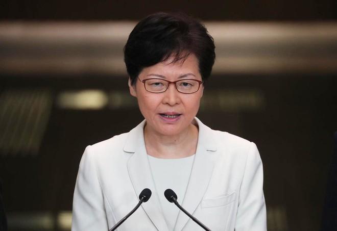 Trưởng đặc khu Hồng Kông lần đầu gặp gỡ báo chí, lý giải việc rút dự luật gây tranh cãi - Ảnh 1.