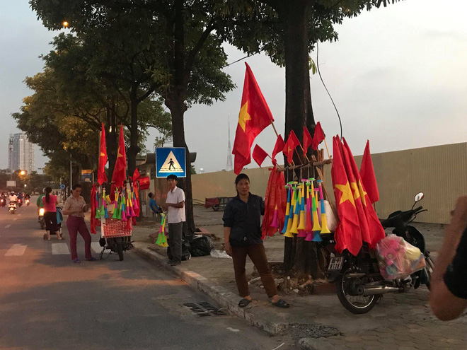 Dịch vụ ăn theo bóng đá hút khách trước thềm trận kinh điển Việt Nam và Thái Lan - Ảnh 1.