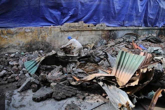 Vụ cháy Công ty Rạng Đông: Binh chủng hóa học vào cuộc - Ảnh 9.