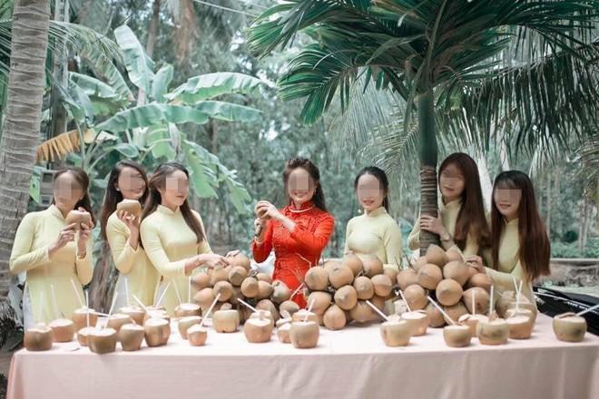 Cưới vợ Bến Tre, chú rể và đoàn bê tráp phải uống hết 100 quả dừa mới được bước vào nhà gái - ảnh 1