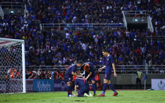 """""""Messi Thái"""" Chanathip làm tất cả bất ngờ với thái độ sau khi đàn em vứt đi cơ hội vàng"""