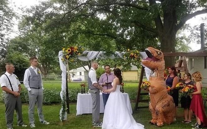 Cho phép phù dâu 'muốn mặc gì mặc', cô dâu bất ngờ khi em gái tới đám cưới với trang phục... khủng long!