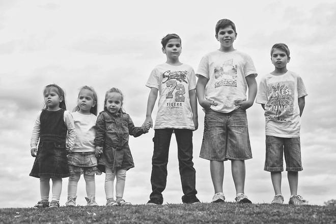 Lần đầu sinh đơn, lần hai sinh đôi, lần kế tiếp sinh ba cô con gái đẹp như hoa hậu  - câu chuyện có thật của 1 gia đình đông con - Ảnh 14.