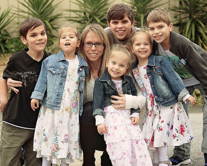 Lần đầu sinh đơn, lần hai sinh đôi, lần kế tiếp sinh ba cô con gái đẹp như hoa hậu  - câu chuyện có thật của 1 gia đình đông con - Ảnh 15.