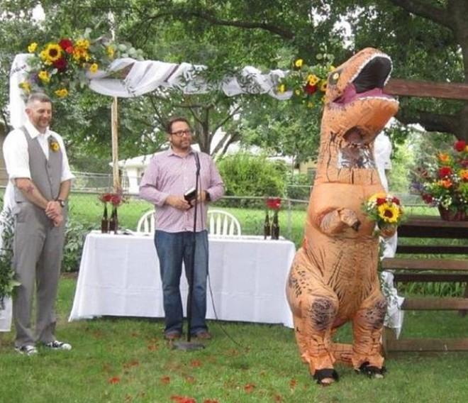 Cho phép phù dâu muốn mặc gì mặc, cô dâu bất ngờ khi em gái tới đám cưới với trang phục... khủng long! - Ảnh 3.