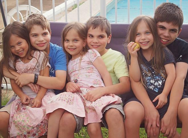 Lần đầu sinh đơn, lần hai sinh đôi, lần kế tiếp sinh ba cô con gái đẹp như hoa hậu  - câu chuyện có thật của 1 gia đình đông con - Ảnh 23.
