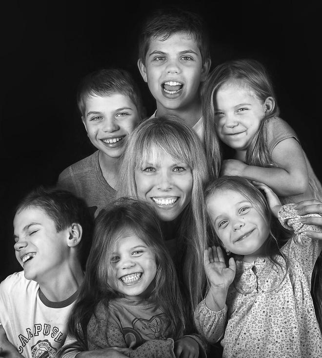 Lần đầu sinh đơn, lần hai sinh đôi, lần kế tiếp sinh ba cô con gái đẹp như hoa hậu  - câu chuyện có thật của 1 gia đình đông con - Ảnh 24.