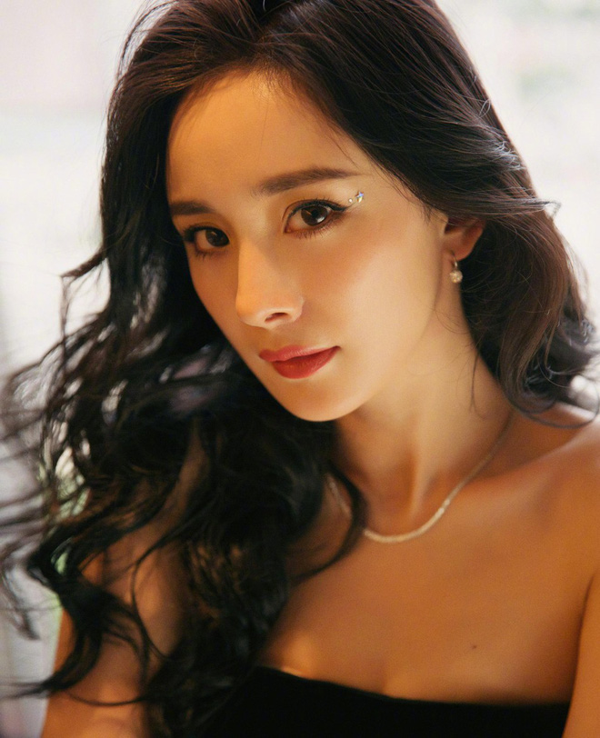 Cũng giống Song Hye Kyo, Dương Mịch hậu ly hôn càng ngày càng nóng bỏng, táo bạo diện váy quây khoe ngực đẫy đà - Ảnh 4.
