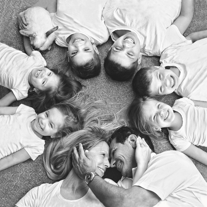 Lần đầu sinh đơn, lần hai sinh đôi, lần kế tiếp sinh ba cô con gái đẹp như hoa hậu  - câu chuyện có thật của 1 gia đình đông con - Ảnh 7.