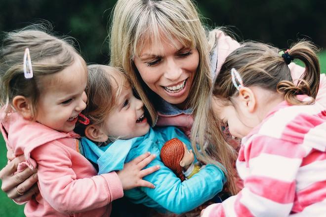 Lần đầu sinh đơn, lần hai sinh đôi, lần kế tiếp sinh ba cô con gái đẹp như hoa hậu  - câu chuyện có thật của 1 gia đình đông con - Ảnh 9.