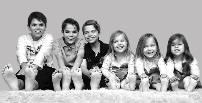Lần đầu sinh đơn, lần hai sinh đôi, lần kế tiếp sinh ba cô con gái đẹp như hoa hậu  - câu chuyện có thật của 1 gia đình đông con - Ảnh 10.