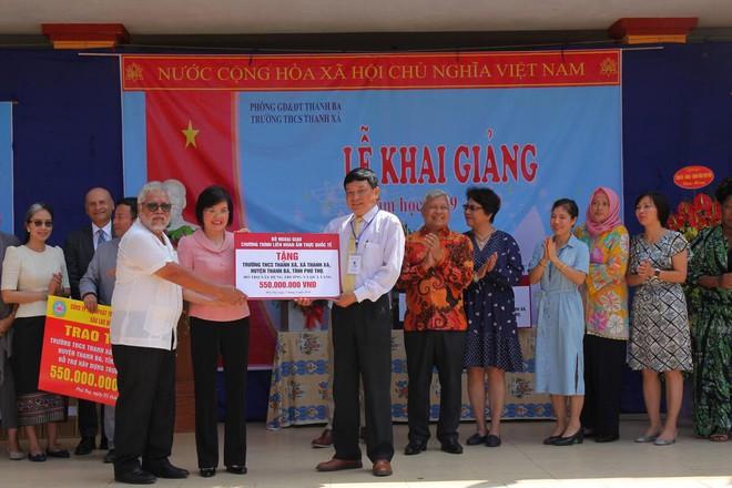 Đoàn cán bộ Ngoại giao và CLB Tình Người trao tặng 1,1 tỷ đồng xây trường học ở Phú Thọ - Ảnh 1.