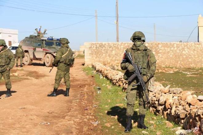 Hàng trăm tay súng Nga bất ngờ ồ ạt tới Idlib- Phòng không Syria khai hỏa tới tấp, bắn hạ nhiều mục tiêu bay - Ảnh 1.