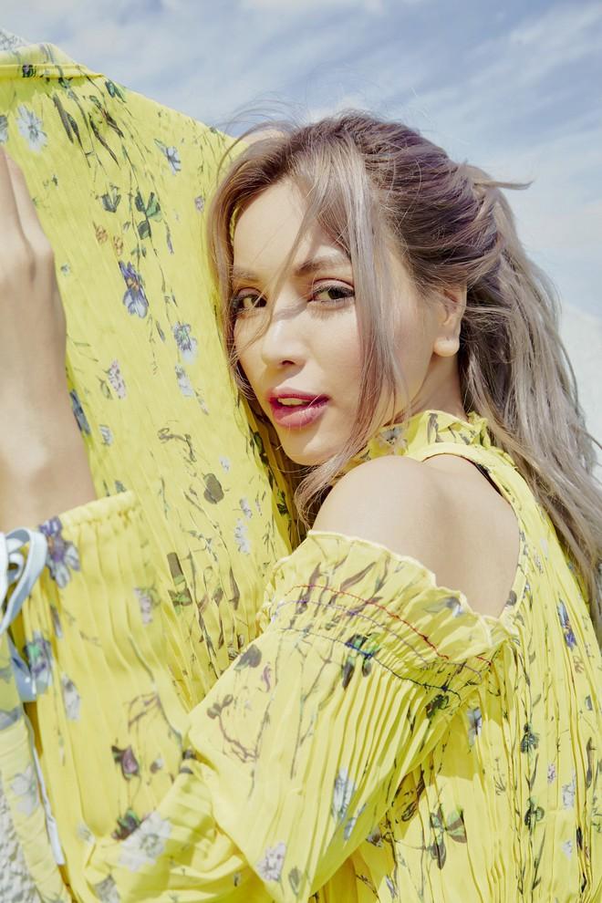 Siêu mẫu Khả Trang khoe vẻ đẹp cuốn hút khi xuất hiện trên báo Hàn - Ảnh 5.