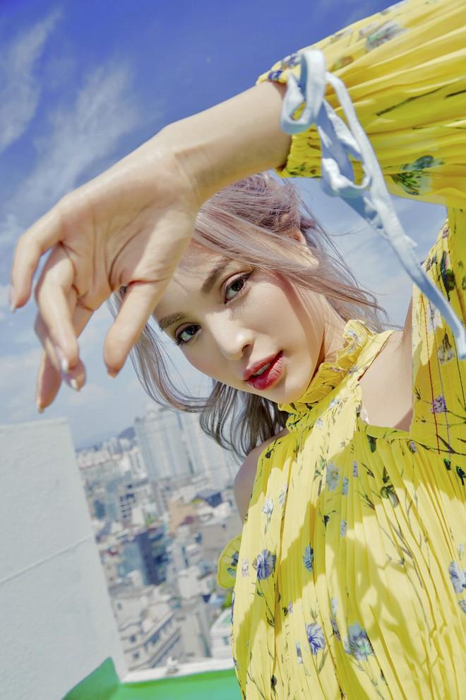 Siêu mẫu Khả Trang khoe vẻ đẹp cuốn hút khi xuất hiện trên báo Hàn - Ảnh 3.