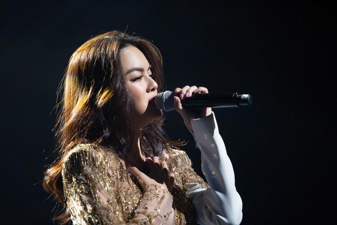 Phạm Quỳnh Anh bật khóc trước hàng nghìn khán giả - Ảnh 13.