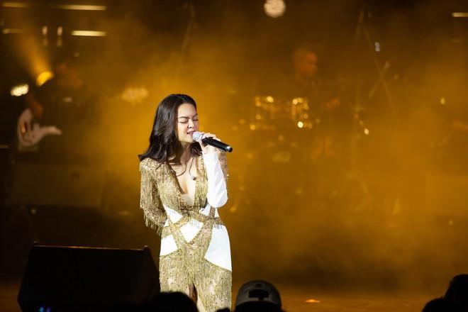 Phạm Quỳnh Anh bật khóc trước hàng nghìn khán giả - Ảnh 10.