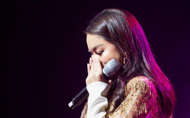 Phạm Quỳnh Anh bật khóc trước hàng nghìn khán giả