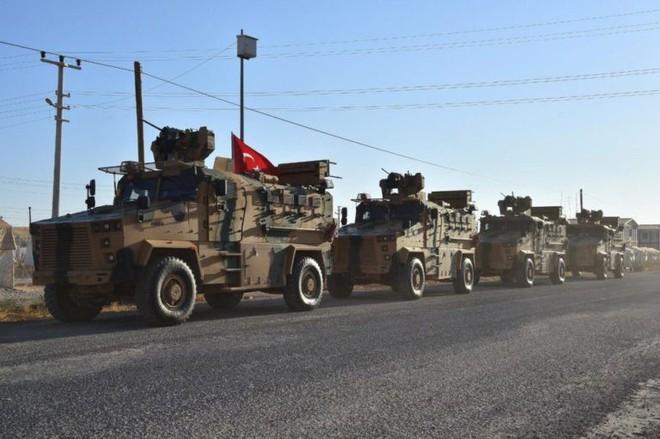 Xe quân sự Thổ Nhĩ Kỳ rầm rập tiến vào Syria, UAV quần thảo trên không bảo vệ - Ảnh 2.
