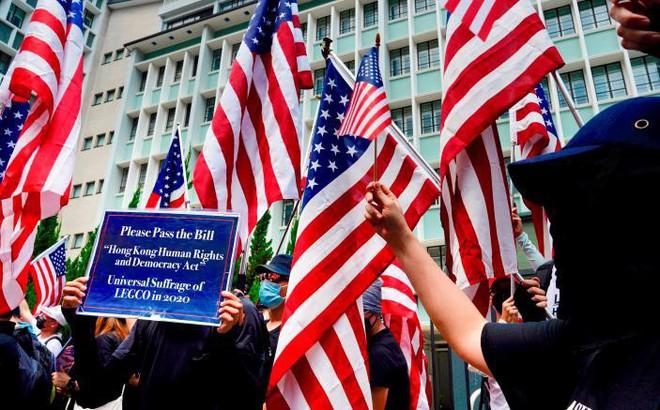 Người Hong Kong biểu tình trước lãnh sự quán Mỹ, Bắc Kinh phản ứng gay gắt