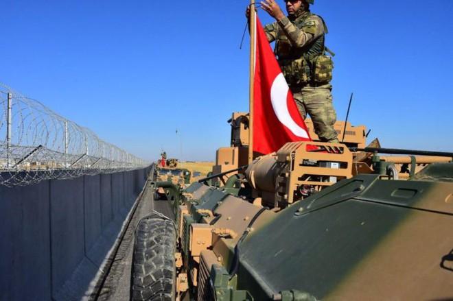 Xe quân sự Thổ Nhĩ Kỳ rầm rập tiến vào Syria, UAV quần thảo trên không bảo vệ - Ảnh 1.