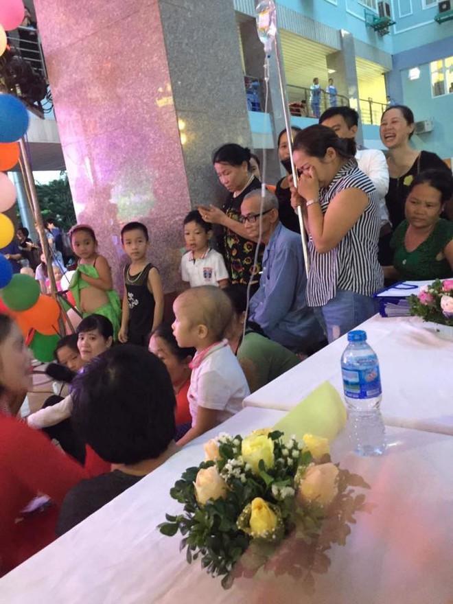 Mẹ cầm cây truyền nước, bưng mặt khóc nhìn con trai nhỏ háo hức dự tiệc Trung thu tại Bệnh viện K - Ảnh 1.