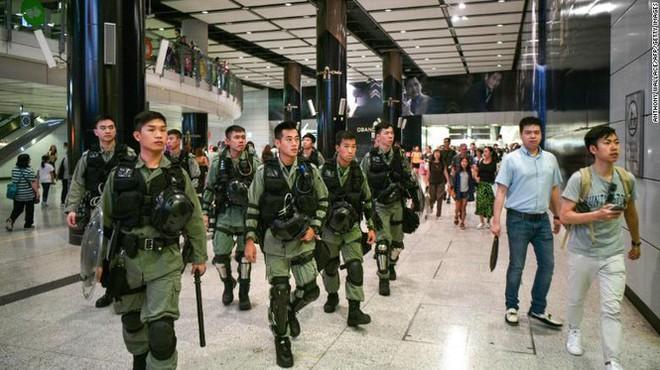 Cảnh sát Hong Kong lục soát xe tới sân bay, nói người biểu tình giả làm PV - Ảnh 1.