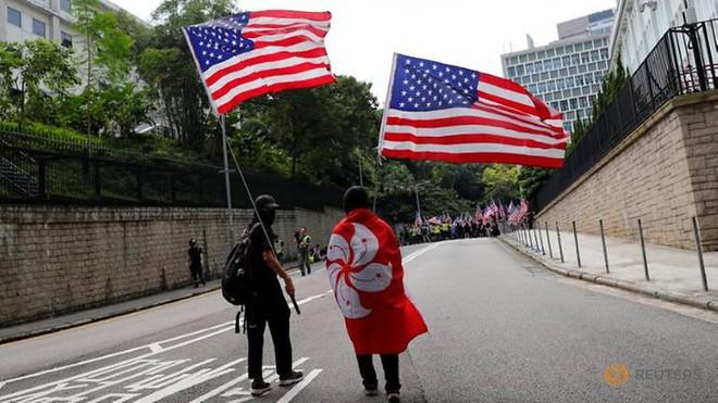 Người Hong Kong biểu tình trước lãnh sự quán Mỹ, Bắc Kinh phản ứng gay gắt - Ảnh 2.