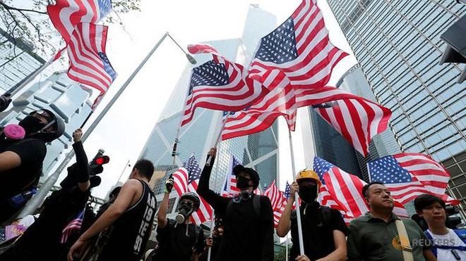Người Hong Kong biểu tình trước lãnh sự quán Mỹ, Bắc Kinh phản ứng gay gắt - Ảnh 3.
