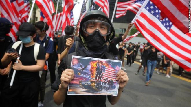 Người Hong Kong biểu tình trước lãnh sự quán Mỹ, Bắc Kinh phản ứng gay gắt - Ảnh 4.