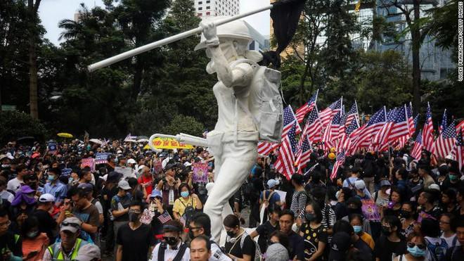 Người Hong Kong biểu tình trước lãnh sự quán Mỹ, Bắc Kinh phản ứng gay gắt - Ảnh 5.