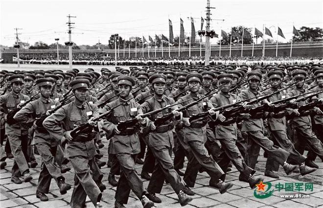 Nhìn lại những cuộc duyệt binh đáng nhớ nhất của Quân đội Trung Quốc - Ảnh 2.