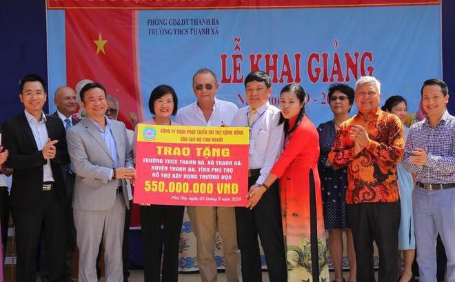 Đoàn cán bộ Ngoại giao và CLB Tình Người trao tặng 1,1 tỷ đồng xây trường học ở Phú Thọ