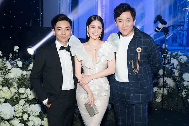 Vợ chồng Khánh Thi tình tứ dự đám cưới 'ái nữ' đại gia Minh Nhựa - Ảnh 2.