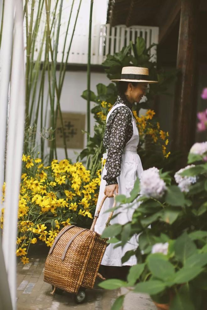 Cô gái trẻ bỏ ra 1,3 tỷ đồng cải tạo đất, mua giống hoa, biến sân nhà thành khu vườn đẹp lung linh - Ảnh 27.