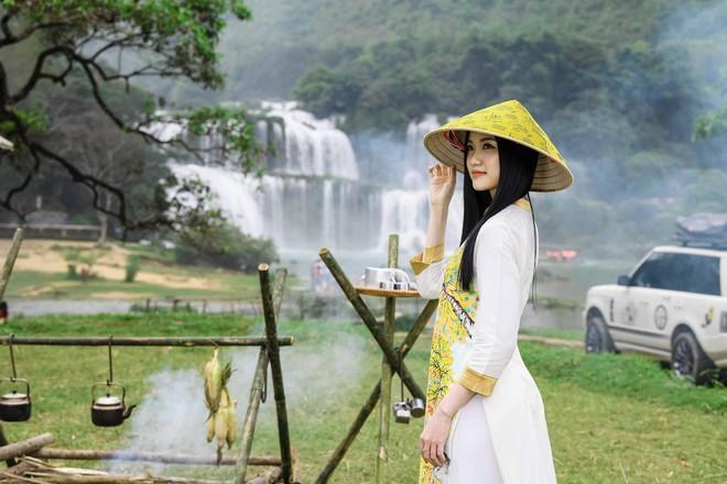 Sao Việt chụp ảnh kỷ niệm trên đường đi tặng sách - Ảnh 3.