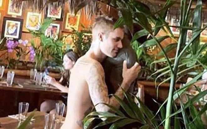 Đi tắm biển với vợ, Justin Bieber lại bị tóm được khoảnh khắc ôm một người đàn ông vô cùng tình tứ