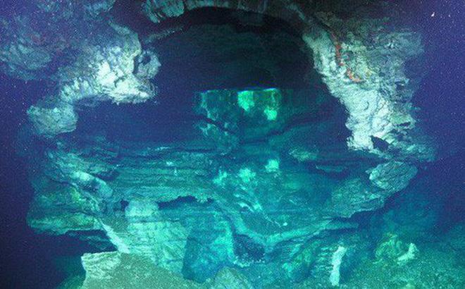 Các nhà khoa học khám phá ra dưới đáy đại dương có một cái hồ úp ngược, tiếp nước cho một thác nước cũng chảy ngược!