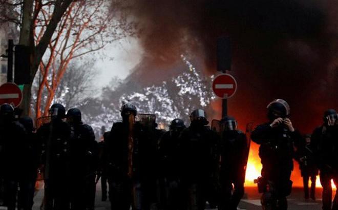 Ảnh: Biểu tình bạo lực Pháp tiếp diễn, người phát ngôn chính phủ trốn khỏi văn phòng