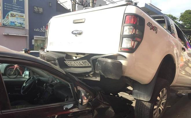 Xe 'điên' lùi 30m đâm liên hoàn 2 xe máy và xe hơi đang đậu bên lề đường ở Đà Nẵng