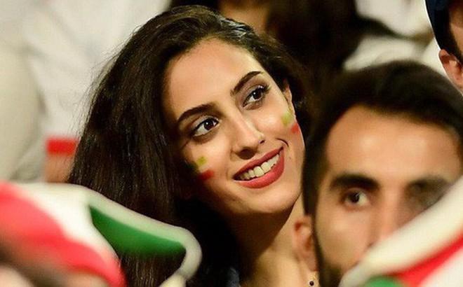 Fangirl Iran đẹp xuất thần trong ngày đội nhà giành chiến thắng đậm trước Yemen