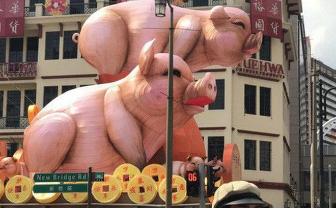 """Hai chú heo khổng lồ bỗng nổi như cồn ở khu phố Tàu vì quá xấu xí, trở thành """"thảm họa"""" trang trí năm mới"""