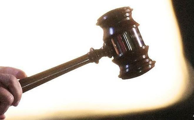 Bị kết án tù vì trần truồng ngồi trước cửa