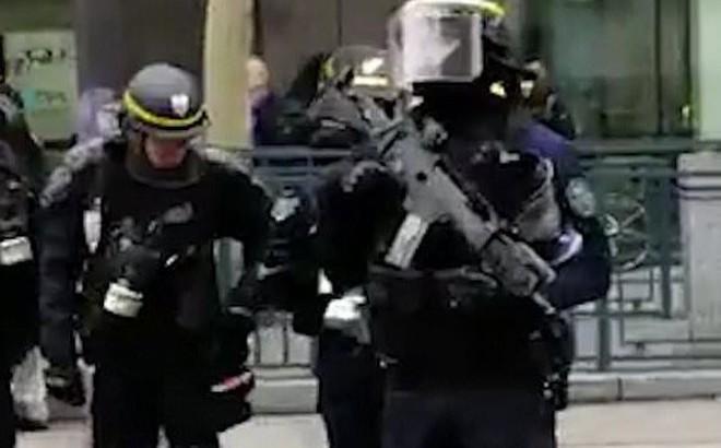 Cảnh sát Pháp được trang bị súng bán tự động để dẹp biểu tình 'Áo vàng'