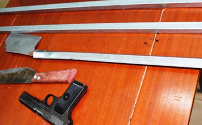 Thấy cảnh sát, 2 thanh niên vội ném súng K54, dao bỏ chạy