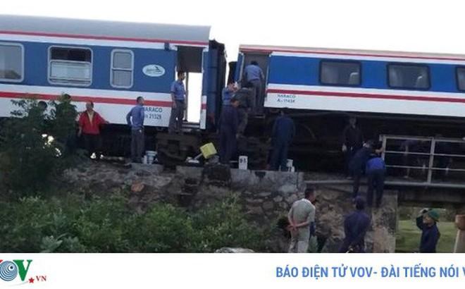 Đường sắt Bắc Nam tê liệt do tàu SE1 trật ray ở Bình Thuận
